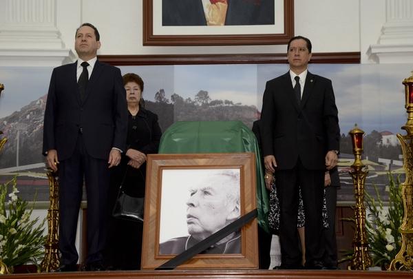 Eruviel Ávila y Jorge García montan guardia de honor ante el féretro de Leopoldo Flores. Foto Agencia MVT